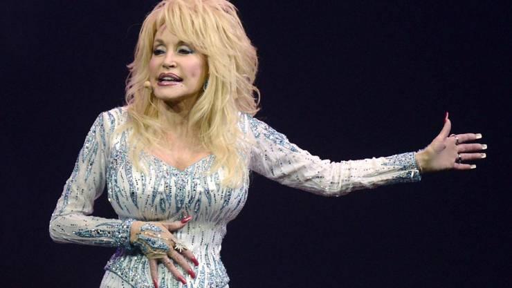 ARCHIV - Dolly Parton, US-amerikanische Sängerin, tritt 2014 in der der Lanxess Arena in Köln auf. Foto: picture alliance / dpa