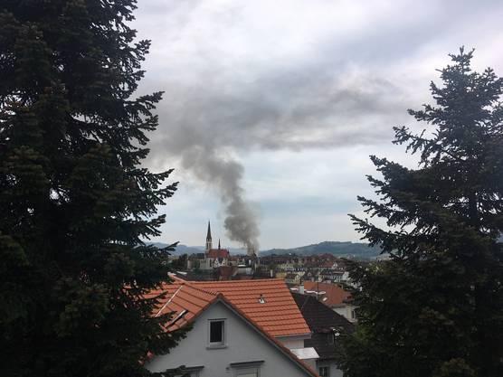 Die Rauchsäule über dem St.Otmar-Quartier ist auch aus der Distanz gut sichtbar.
