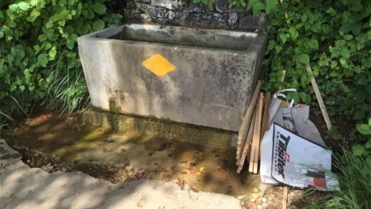 Genau so soll es laufen: Per Bözberg-App erhielt die Gemeinde den Hinweis, dass beim Brunnen Abfall liegen gelassen wurde. Dieser wurde dann entfernt.