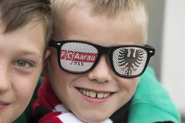 Gutgelaunte junge Aarauer Fans beim Fussball Meisterschaftsspiel der Super League zwischen dem FC Aarau und dem FC Vaduz am Mittwoch, 6. August 2014, auf dem Bruegglifeld in Aarau.