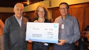 Walter Wirth, CEO der AEK onyx Gruppe überreicht den Check an Karin Stoop, Geschäftsleiterin der Perspektive Region Solothurn.
