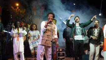 Bastian Baker bei einem Konzert in Assuan: Es fand im Rahmen einer Ägyptenreise statt, auf der sich der Lausanner für nachhaltige Wassernutzung einsetzt (Twitter).