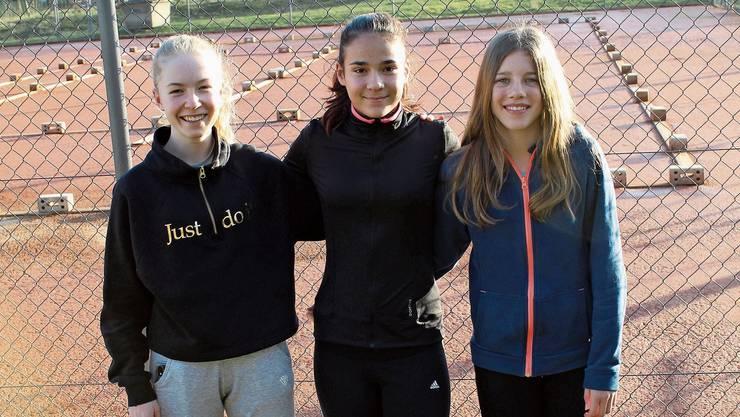 Aimée Frey, Lea Markovic und Medea John (v.l.) schätzen die Trainerbetreuung im Tennisclub Frick.