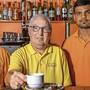 Wirt Rolf Irion hofft, dass seine beiden zuverlässigen Kellner Arichanthira Visuvalingam (links) und Delaxsan Thedsanamoorthy bald eine neue Stelle finden werden. Das Irion's Bistro am Neumarktplatz ist seit 1985 ein beliebter Treffpunkt. Im einstigen Café Baur und heutigen Mobilezone-Laden am Neumarktplatz hat Rolf Irion im Herbst 1975 den Schritt in die Selbstständigkeit gewagt. Im Jahr 1982 hat Rolf Irion – damals noch mit Bart – sein Lokal ins erste Obergeschoss des frisch erstellten Neumarkts 2 verlegt. Das Café-Restaurant Irion stand sieben Tage pro Woche offen. Ein Magnet für die Jugendlichen aus der Region Brugg: Von 1995 bis 2003 betrieb Wirt Rolf Irion zusätzlich das Restaurant Gambrinus neben der Bahnhofunterführung im Neumarkt 1. Als besondere Attraktion für die Gäste liess Rolf Irion unter dem Zelt-Pavillon vor dem Bistro – seinem vierten Lokal in Brugg – einmal eine Schneebar von einem Künstler erschaffen.B