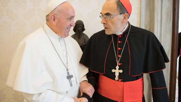 Der Papst will aufgrund der Unschuldsvermutung den Rücktritt des Erzbischofs von Lyon nicht annehmen. Franziskus empfing den wegen Vertuschung von Kindesmissbrauch verurteilten Kardinal Philippe Barbarin am Montag zu einer Privataudienz.