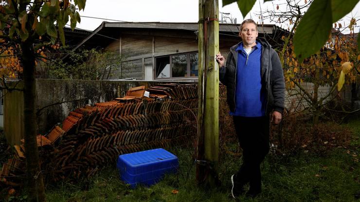 Daniel Stüdi vor dem nutzlosen Stall. Statt auf Schweinezucht setzt er mit seiner Familie künftig auf Obstbau und Direktvermarktung.
