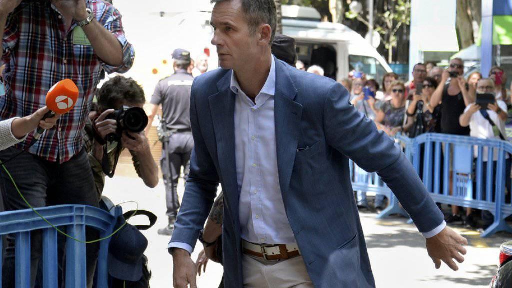 Ihm bleiben fünf Tage bis zum Haftantritt: Iñaki Urdangarín, der wegen Veruntreuung öffentlicher Gelder verurteilte Schwager des spanischen Königs Felipe VI. - hier beim Eintreffen am Gerichtsgebäude in Palma de Mallorca.