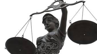 Haft und Therapie: Eine Mutter und ihr Liebhaber sind für den Missbrauch eines Mädchens verurteilt worden. (Symbolbild)