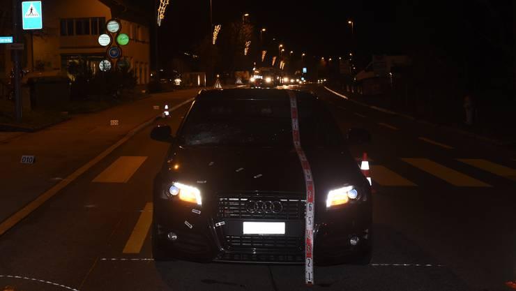 Wegen des Unfalls wurde die Dübendorferstrasse für rund zwei Stunden gesperrt; die Feuerwehr Fällanden signalisierte eine Umleitung.
