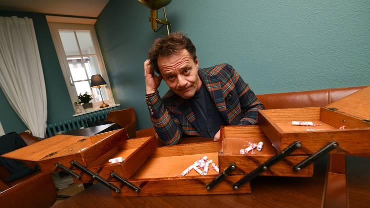 Die Qual der Wahl: Heinz Margot hat aus dem Nähkästchen das Lösli mit dem Begriff «Geschenk» gefischt.
