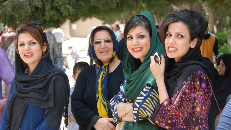 Die Sittenwächter sind verschwunden, es geht lockerer zu und her – Iranerinnen in Isfahan. Michael Wrase