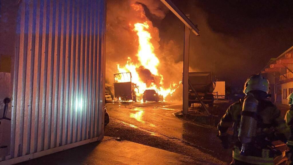 Mehrere Fahrzeuge in Granges FR fielen den Flammen zum Opfer.