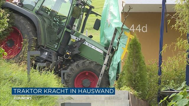 100'000 Franken Schaden: Traktor rollt in Hauswand
