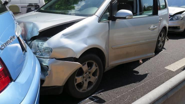 Drei der vier beschädigten Autos mussten abgeschleppt werden.