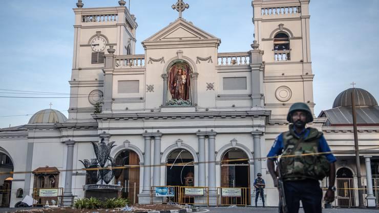 Bei koordinierten Angriffen in Sri Lanka auf Kirchen und Hotels sind nach neusten Angaben mindestens 310 Menschen ums Leben gekommen.