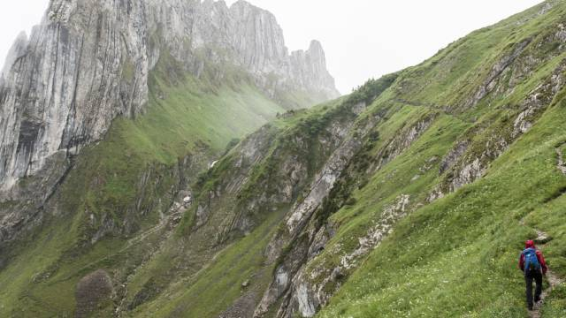 Widriges Wetter: Ein Berggänger auf dem Weg in Richtung Roslenalp
