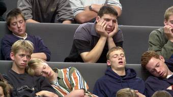 In der Pubertät verwandeln sich morgenaktive Schüler in «nachtaktive Eulen», die völlig übermüdet in die Schule kommen. Keystone