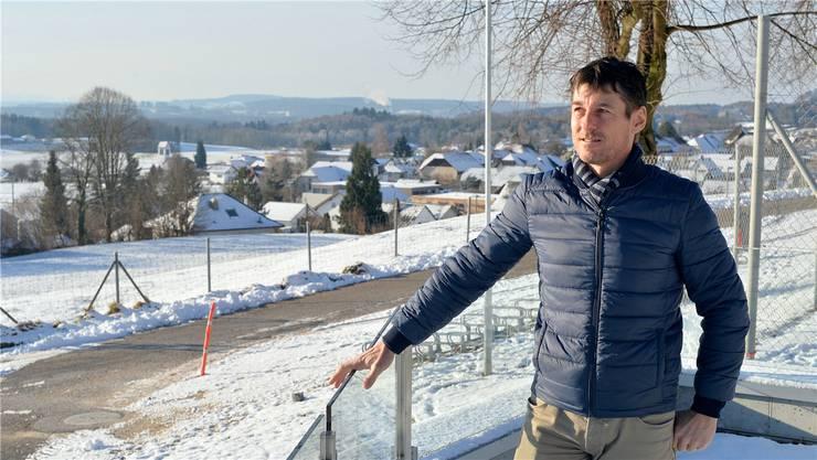 Vom Freisitz des Attiswiler Klubhauses geniesst Heinz Hohl einen guten Überblick über die Region des Solothurner Fussballverbandes.