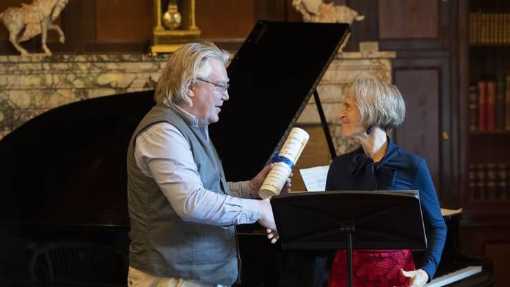 Cornelia Masciadri übergibt dem Preisträger Max Dohner die Auszeichnung im Museum Langmatt.