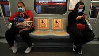 Social Distancing ist zu einem beinahe überall anzutreffenden Handlungsanspruch geworden: Szene in einer U-Bahn in Madrid.