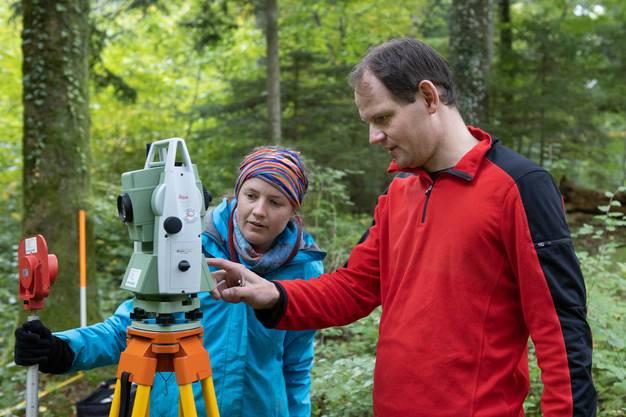 Rechts im Bild ist Rouven Turck bei den Messungen mit dem Theodolit. Er ist wissenschaftlicher Mitarbeiter des archäologischen Instituts der Universität Zürich. Bei den geophysikalischen Untersuchungen hilft ausserdem ein spezialisiertes Team aus Berlin.