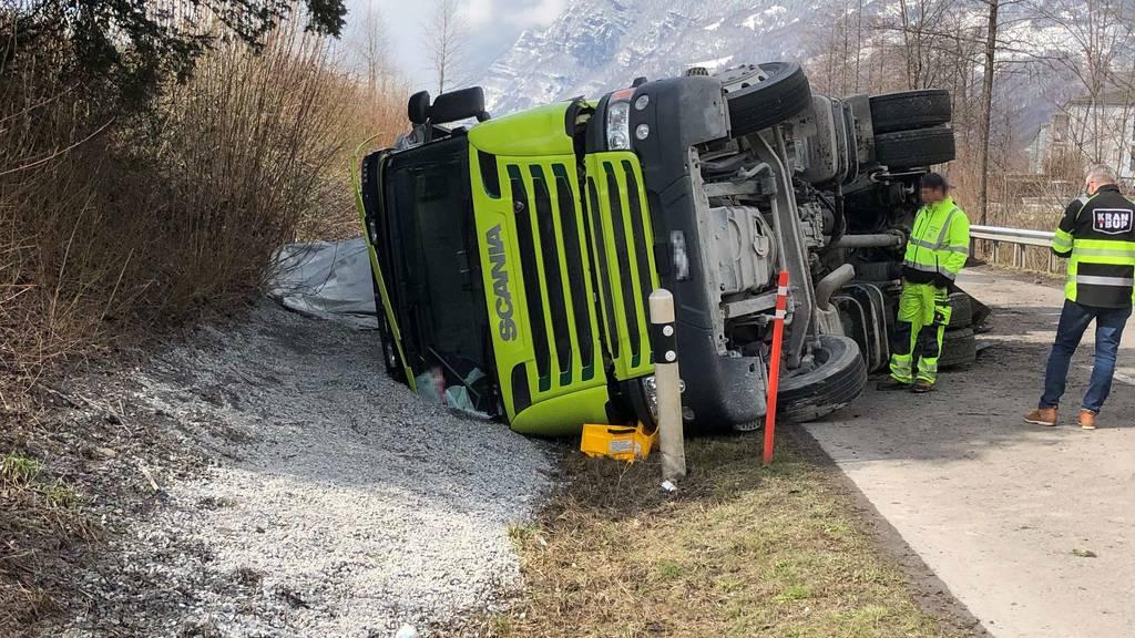 Lastwagen umgekippt – Fahrerin leicht verletzt