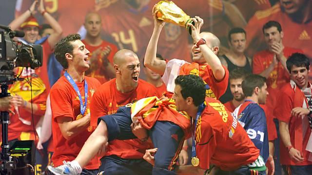 Final-Torschütze Andres Iniesta wird bejubelt