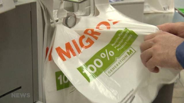 5-Rappen-Plastiksäckli sind 84 % der Einkäufer zu teuer