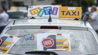 In Basel kam es schon zu Auseinandersetzungen zwischen Taxi- und Uber-Fahrern.Anders als die SP sieht der Bundesrat derzeit aber keinen Handlungsbedarf.