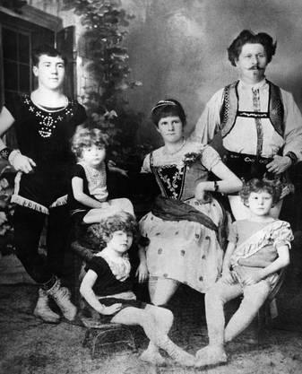 Um 1900: Mitglieder der Familie Knie des Circus Knie in einer historischen Aufnahme.