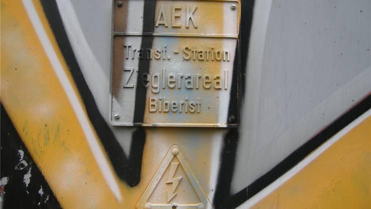 Tafel an Transformatorhaus am Biberister Lunaweg: Die AEK liefert auch Konkurrentin EVB den Strom.