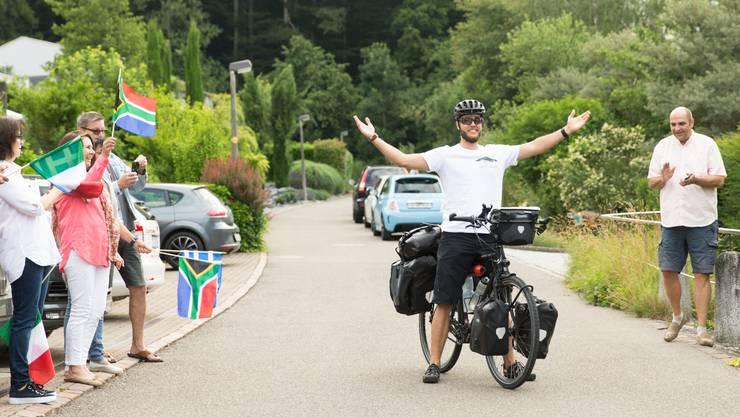 Lukas Steiner winkt seiner Familie und seinen Freunden zum Abschied.