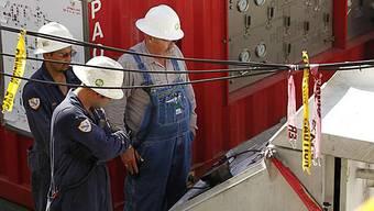 Angestellte arbeiten an der Versiegelung des Bohrlochs