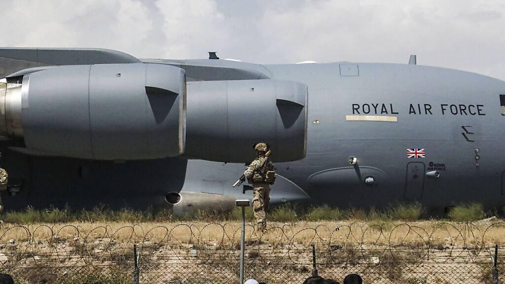 HANDOUT - Britische Soldaten vor einem Flugzeug der Royal Air Force auf dem Flughafen in Kabul. Foto: Lphot Ben Shread/Ministry of Defence/AP/dpa - ACHTUNG: Nur zur redaktionellen Verwendung im Zusammenhang mit der aktuellen Berichterstattung und nur mit vollständiger Nennung des vorstehenden Credits
