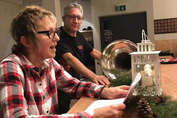 Yvonne beim Vortragen der Schnitzelbank und Kari bereit für Refrain