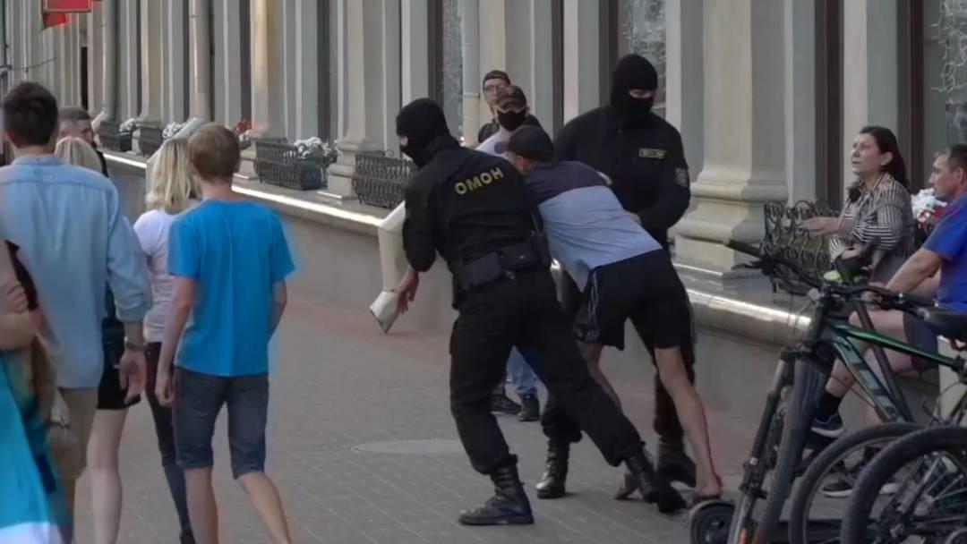 Brutale Verhaftungen in Minsk: Präsidentschaftskandidatin flieht