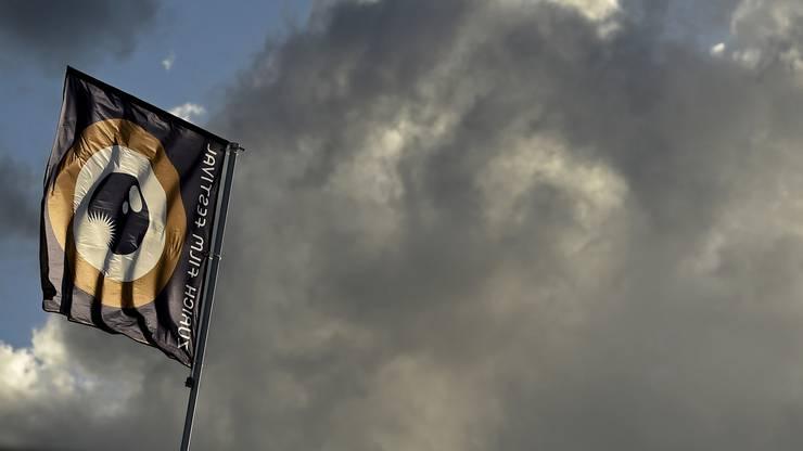 Die Flagge des Zurich Film Festivals vor einem wolkigen Himmel