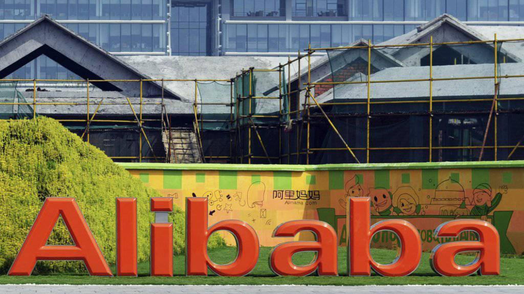 Die Geschäfte des chinesischen Internet-Händlers Alibaba laufen noch besser als erwartet: Der Umsatz stieg im vergangenen Quartal um mehr als die Hälfte. (Archiv)