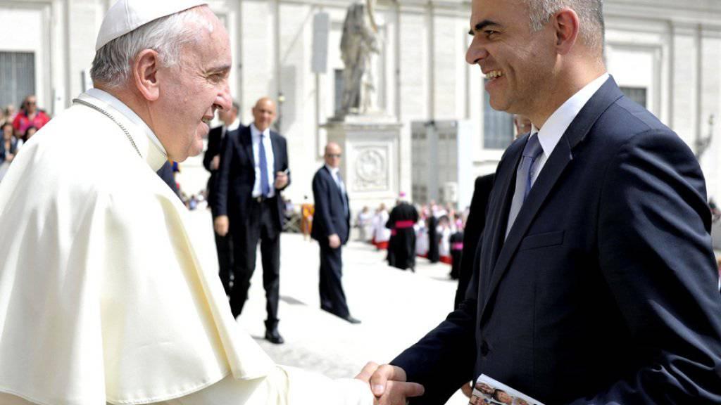 Baldiges Wiedersehen in Genf: Auf dem Bild vom Mai 2015 wird Alain Berset in Rom von Papst Franziskus begrüsst. Im Juni wird der Bundespräsident den Papst in Genf empfangen.