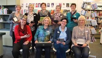Die Freiämter Bibliotheksleiterinnen mit E-Books: Karin Brändli (Muri), Ursula Vanal (Bremgarten), Lisa Frei (Arni), Astrid Schör (Zufikon), Caroline Jordi (Mutschellen), Stefanie Iten (Sarmenstorf), Brigitta Loher (Wohlen), Karin Züger (Merenschwand) und Heidi Hasler (Villmergen), von links aw