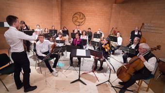 Das Projektorchester beim Stimmen der Instrumente.