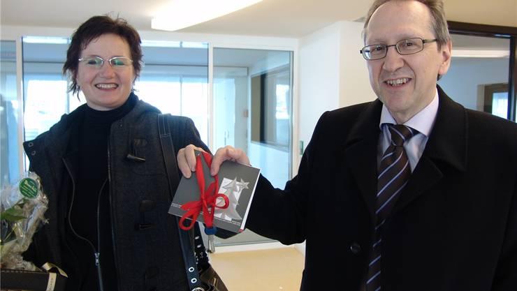Gemeindepräsidentin Sandra Rottensteiner und Gesundheitsvorstand Andreas Herren nehmen den Schlüssel in Empfang.