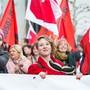 «Wir sind laut, weil ihr unsere Rechte klaut!»: Elena Flach (links) und Irène Kälin führten die Frauendemo durch Aarau vom 8. März 2018 an. Chris Iseli