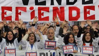 Zehntausende Beschäftigte aus dem Gesundheitssektor demonstrieren in Madrid gegen Kürzungen