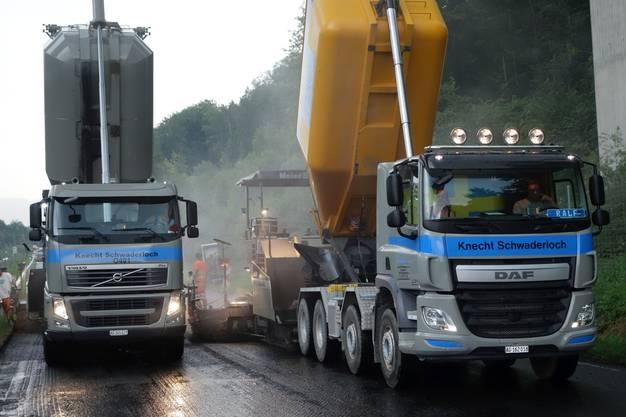 Belagsmaschine und Lastwagen bilden eine Einheit.