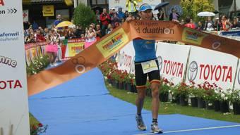 Der Belgier Rod Woestenborghs überquert die Ziellinie in Zofingen als neuer Powerman-Weltmeister.