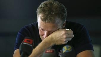 Kevin Schläpfer kann seine Tränen nicht zurückhalten.