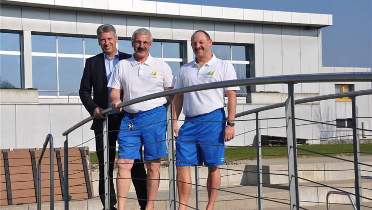 Gemeindeammann Daniel Suter (v.l.), der abtretende Betriebsleiter des Vitamare Freizeitzentrums, Paul Gürtler, und der neue Betriebsleiter Markus Bättig. zvg