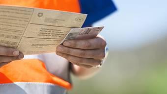 Wer die Verkehrsregeln in krasser Weise verletzt, muss unter Umständen seinen Führerausweis abgeben. Doch die Delikte dafür sind sehr vielfältig. (Symbolbild)