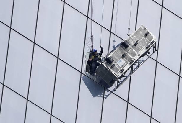 Die Feuerwehr schnitt ein Loch ins Glas und retteten die Fensterputzer